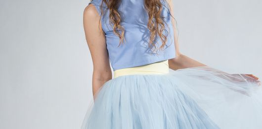 błękitna spódnica tiulowa z wysokim stanem