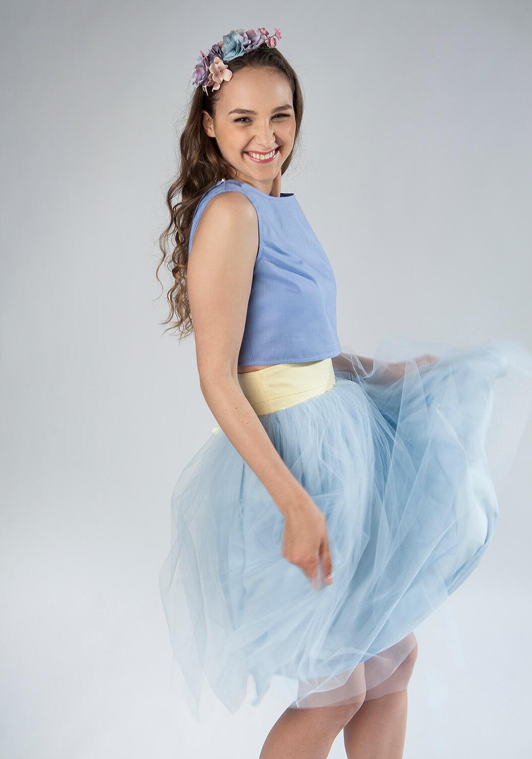 błękitna spódnica tiulowa z bawełnianą podszewką