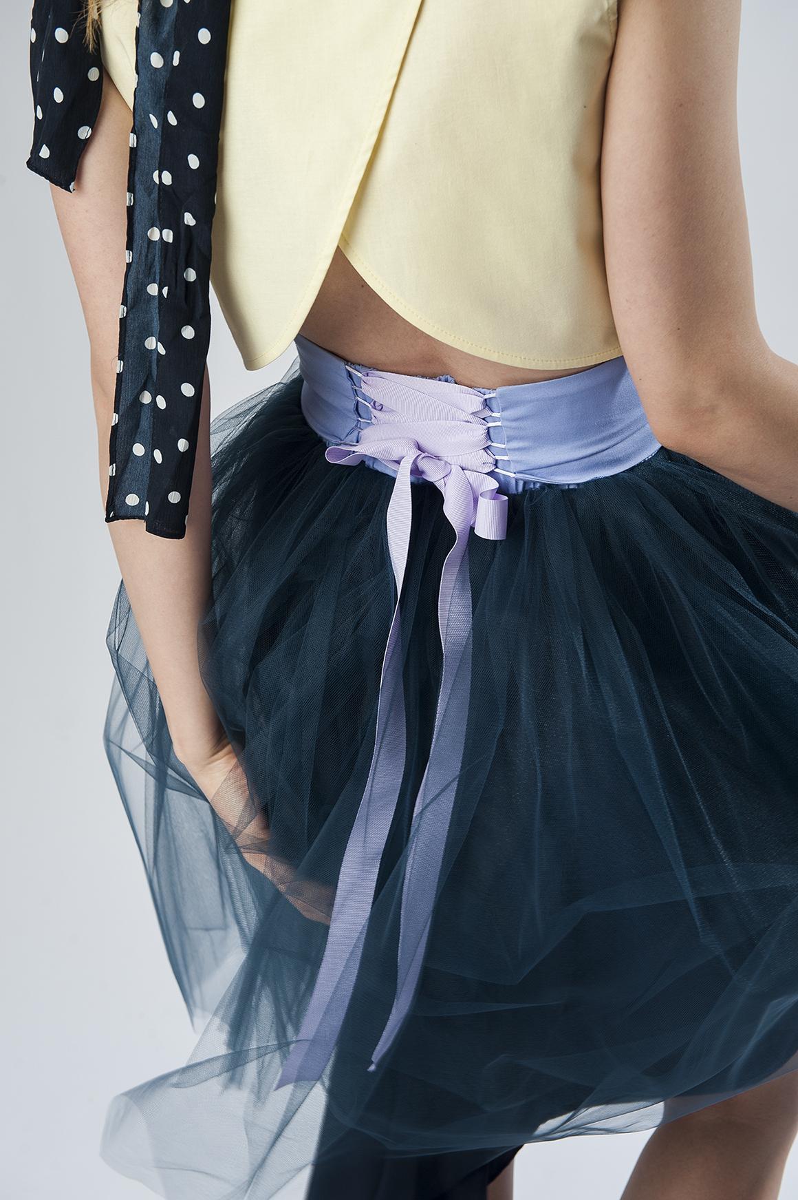 granatowa spódnica tiulowa z wiązaniem gorsetowym stylizacja studniówkowa
