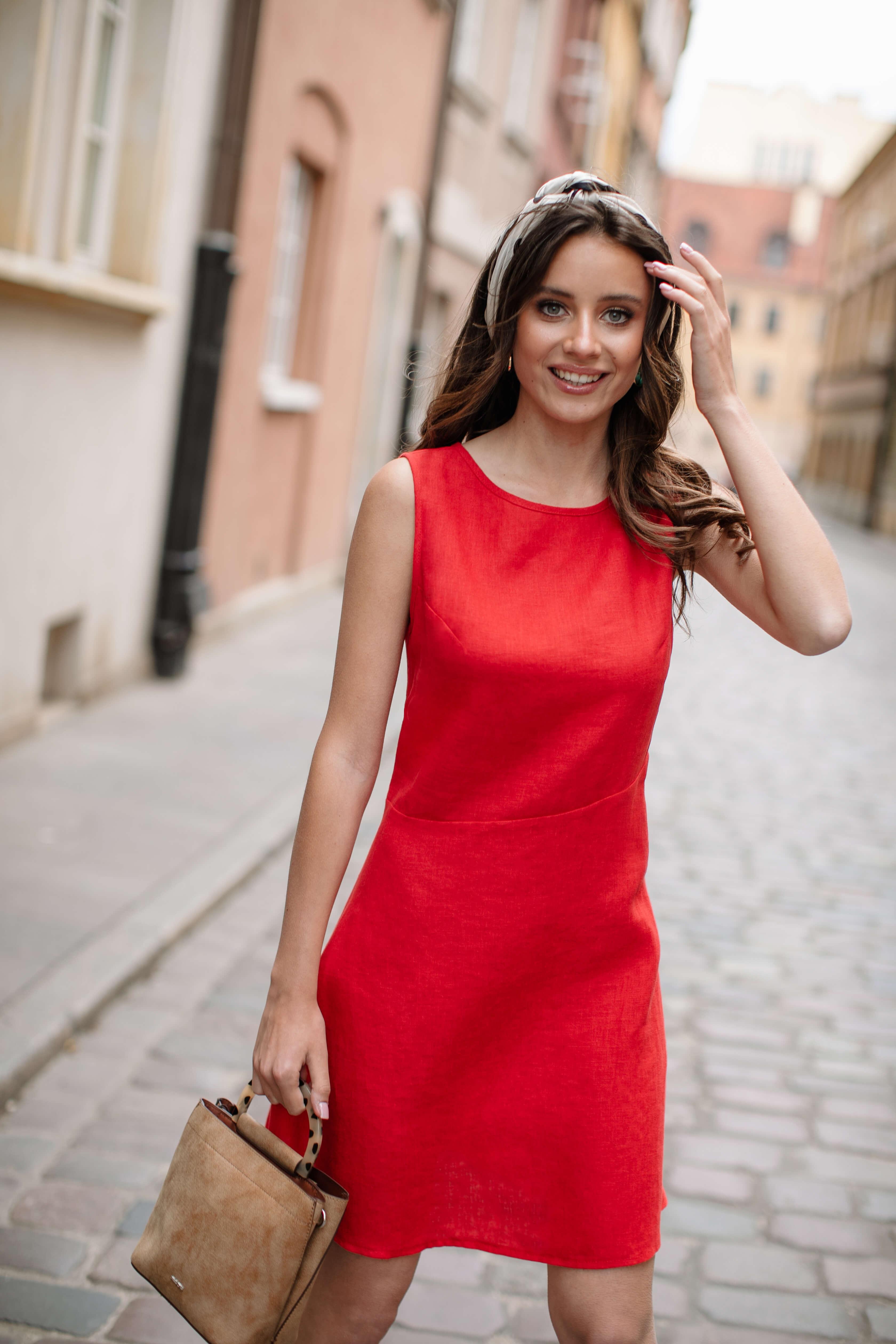 czerwona sukienka makijaż