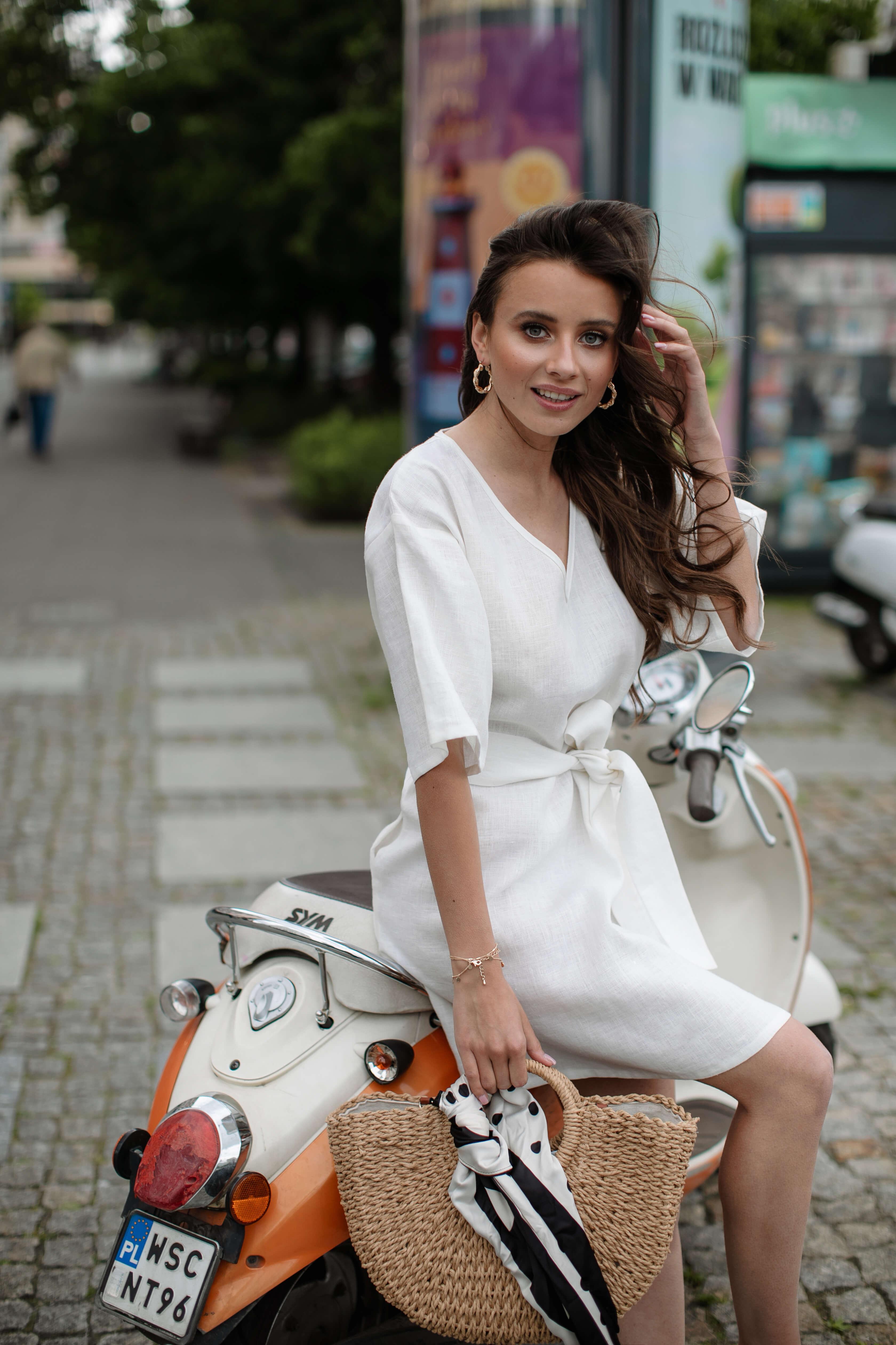 biała sukienka lniana