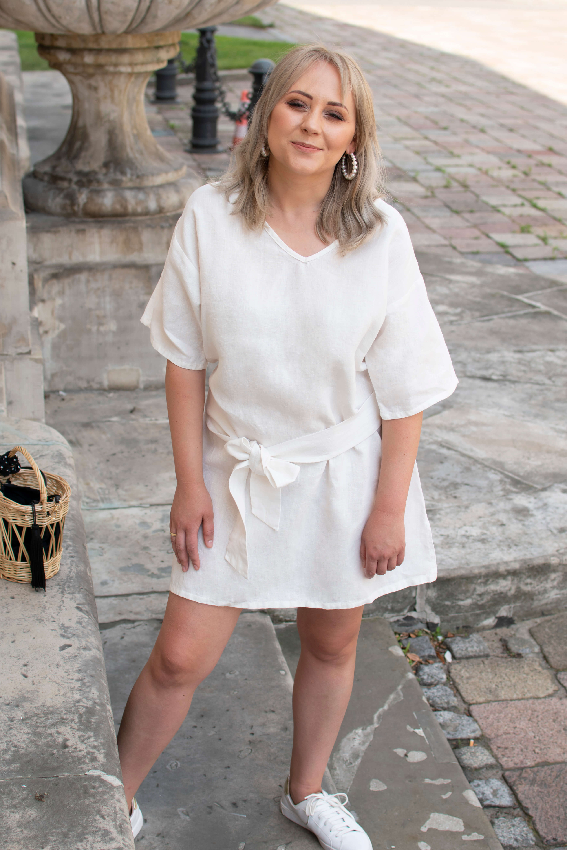 dodatki do białej sukienki: białe trampki