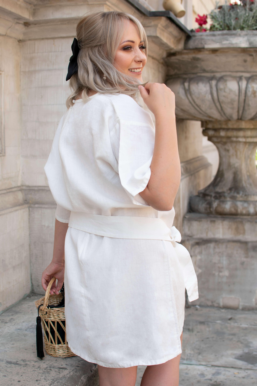 czarne dodatki do białej sukienki