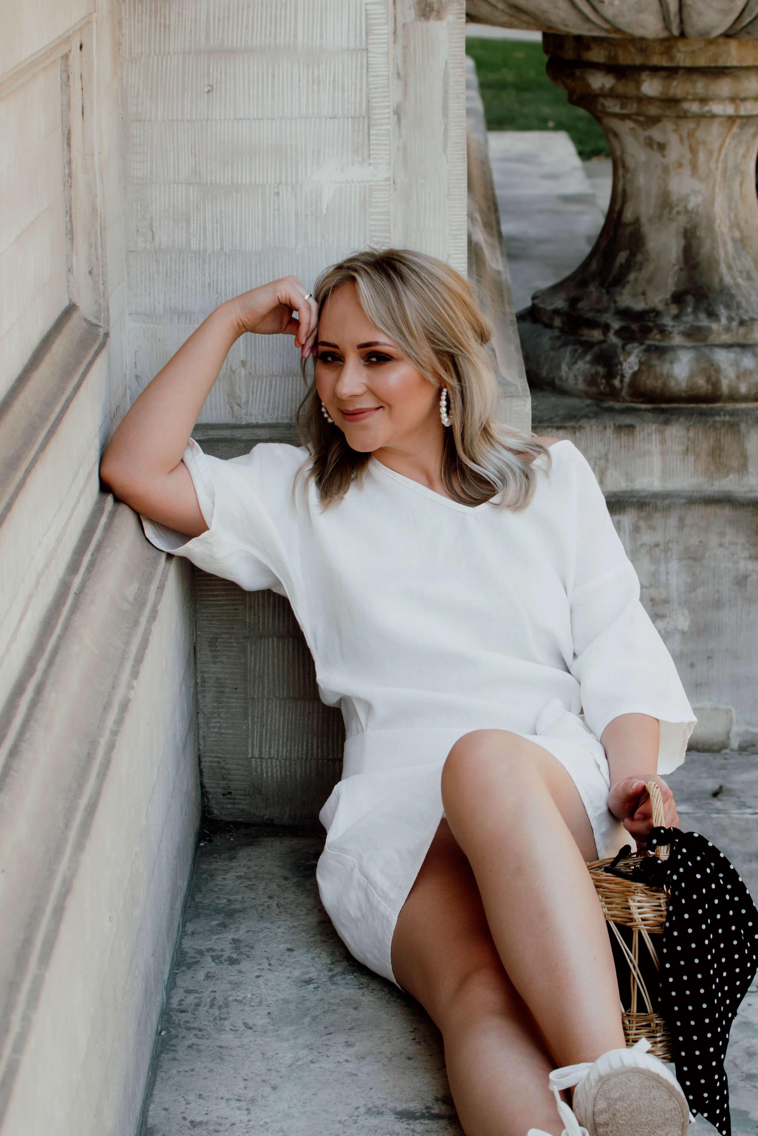 biała sukienka na lato - dodatki: koszyk wiklinowy