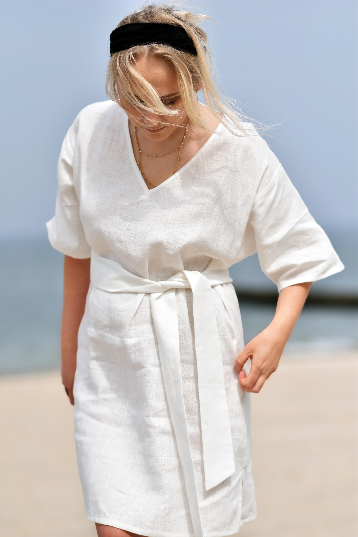 biała sukienka tunika na plażę
