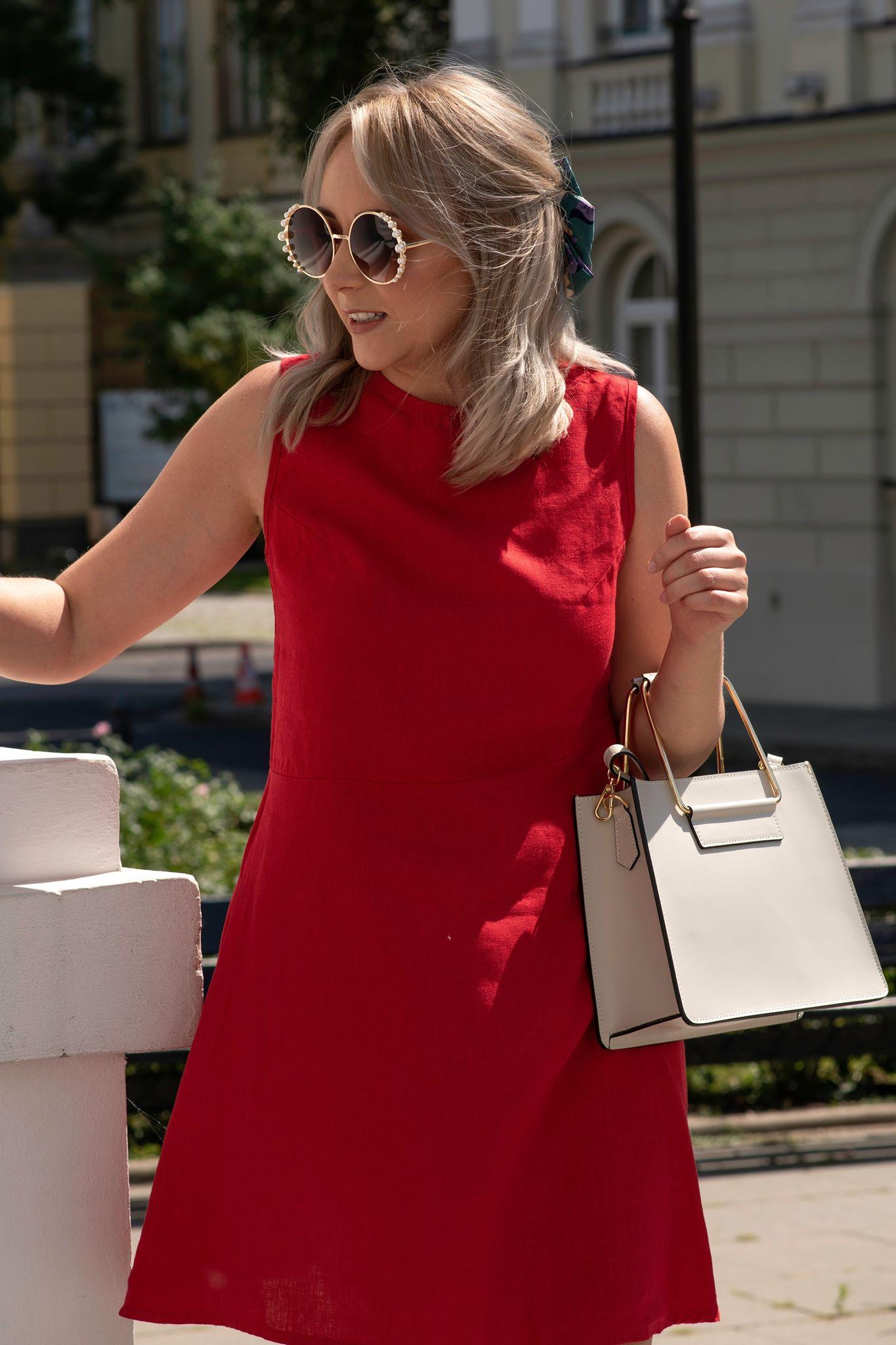 czerwona sukienka rozkloszowana