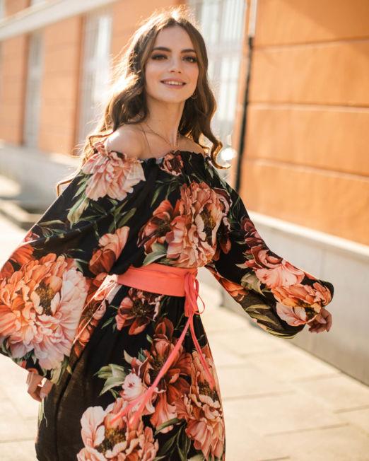 sukienka w duże kwiaty z paskiem
