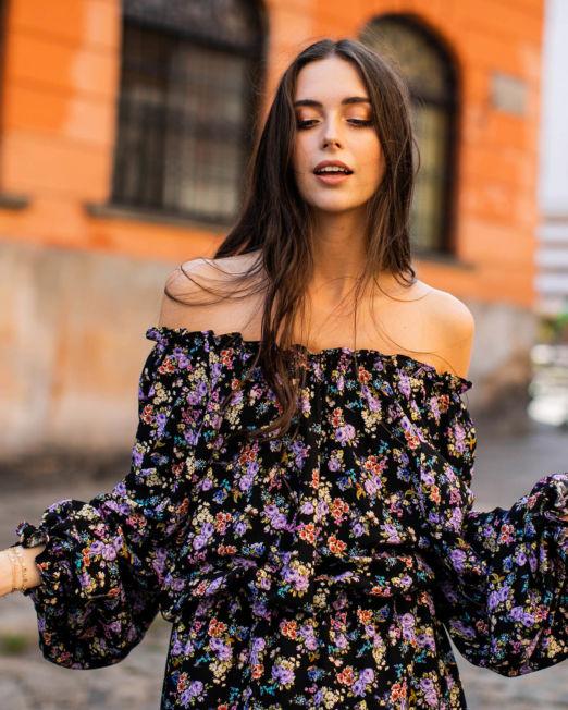 Romantyczna sukienka w drobne kwiaty, w łączkę na czarnym tle, z bufiastymi rękawami