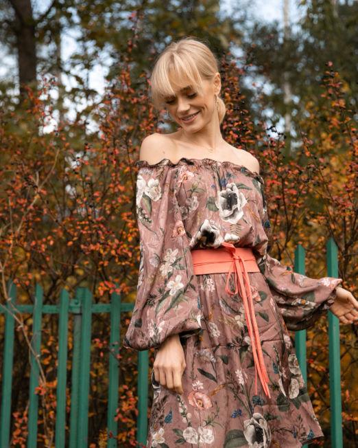 romantyczna sukienka w kwiaty jesienna brudny róż