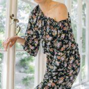 romantyczna sukienka w łączkę na jedno ramię