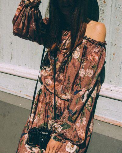Sukienka w kwiaty w kolorze herbacianego różu GIULIETTA