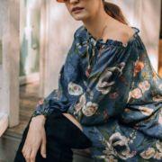 romantyczna sukienka w kwiaty niebieska na jedno ramię