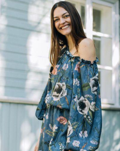 Sukienka w kwiaty niebieska GIULIETTA