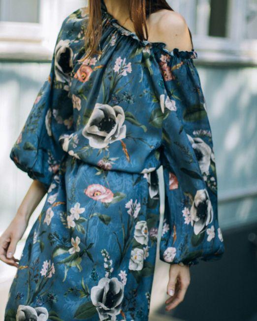 romantyczna sukienka w kwiaty niebieska