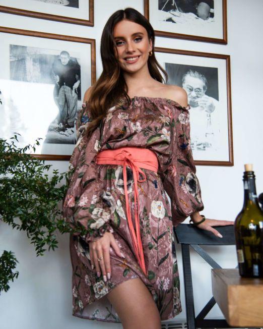 sukienka z opuszczonymi ramionami