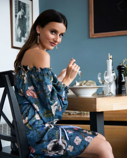 romantyczna niebieska sukienka w kwiaty z opuszczonymi ramionami