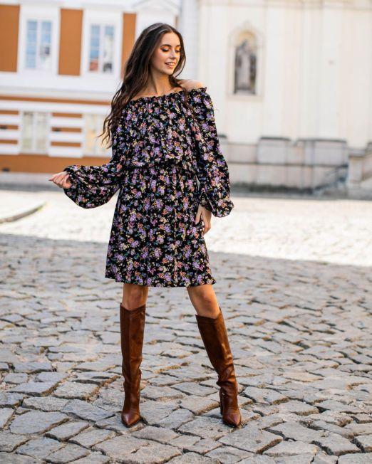 Romantyczna sukienka w łączkę z bufiastymi rękawami