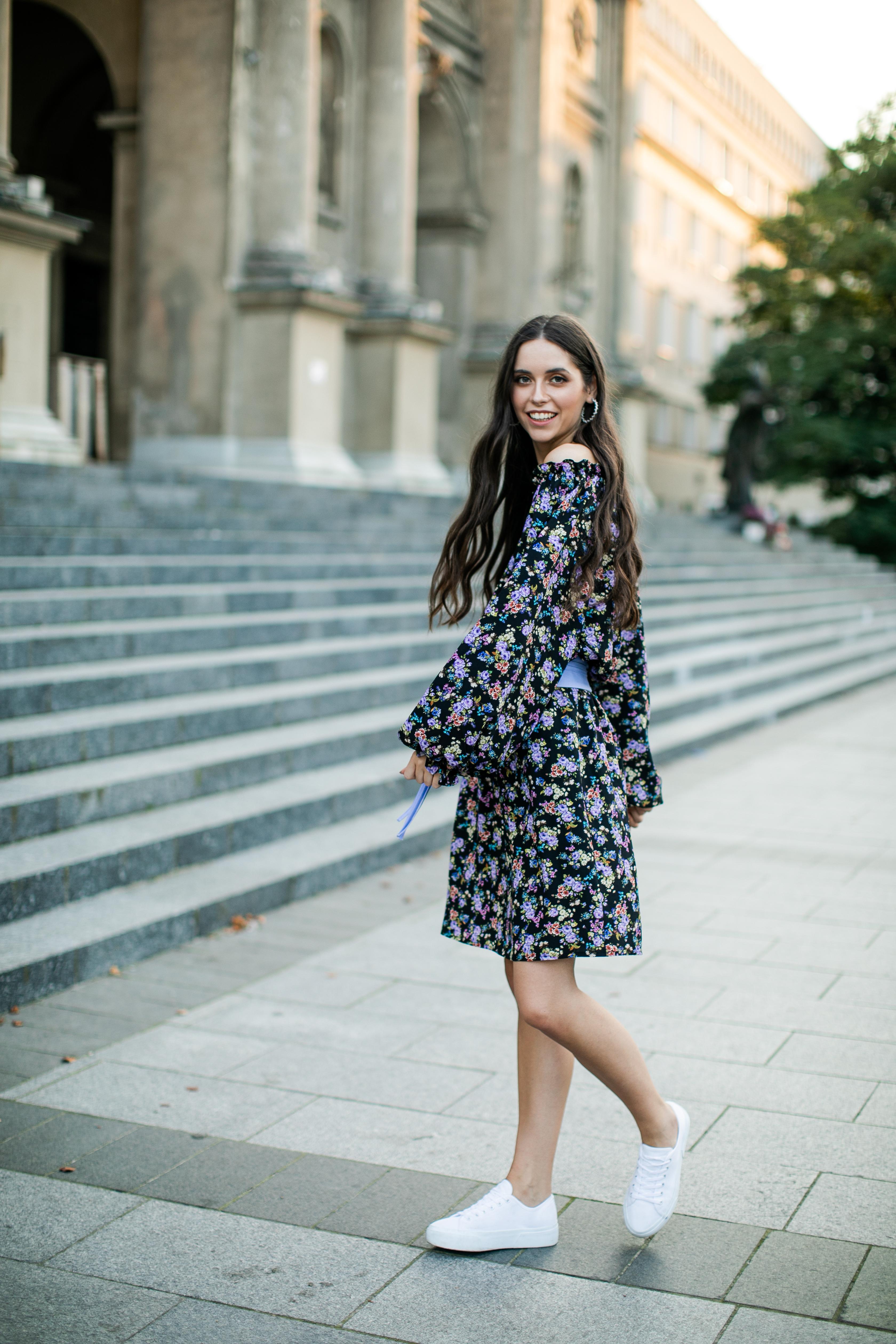 sukienka z odkrytymi ramionami z trampkami