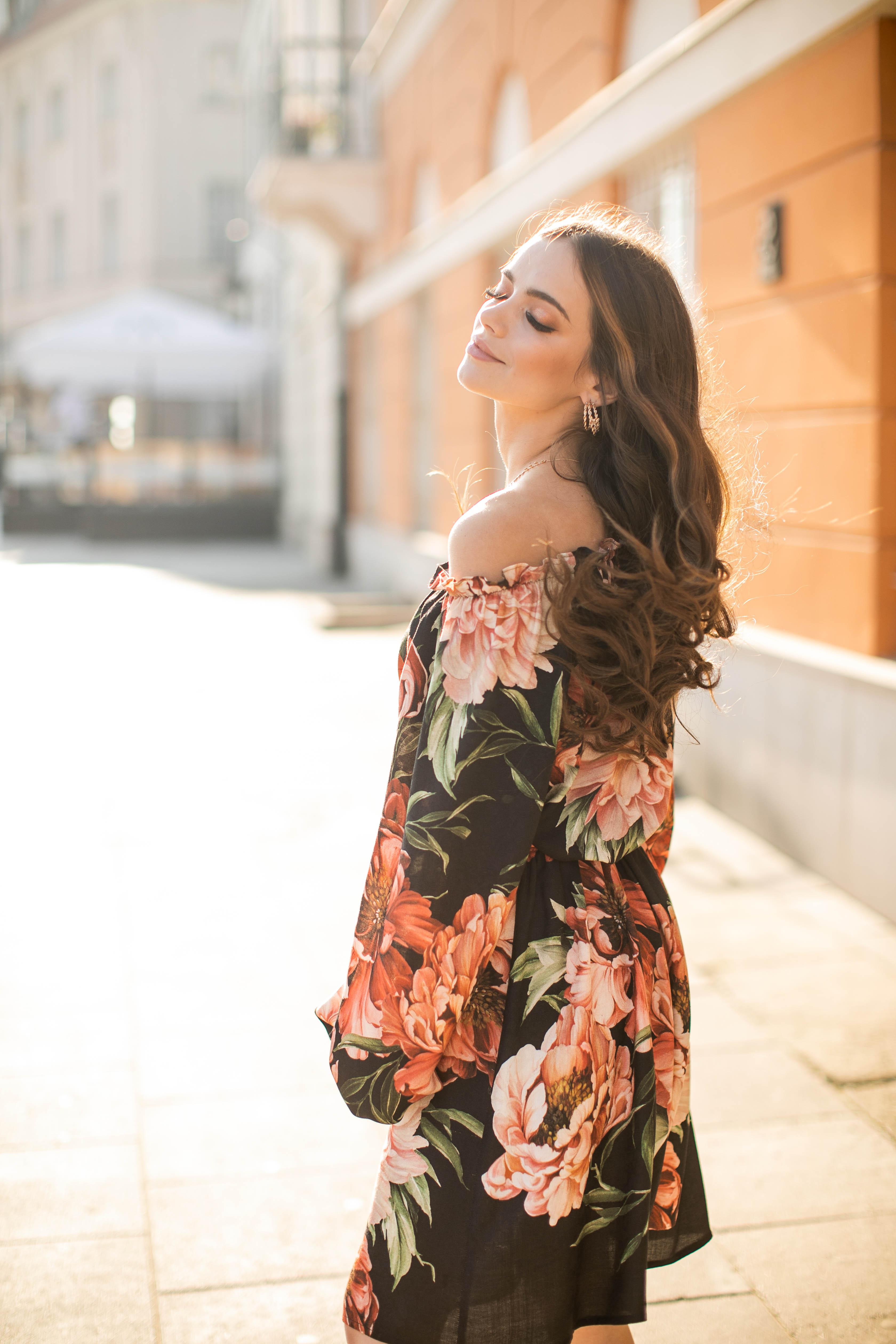 sukienka z opadającymi ramionami